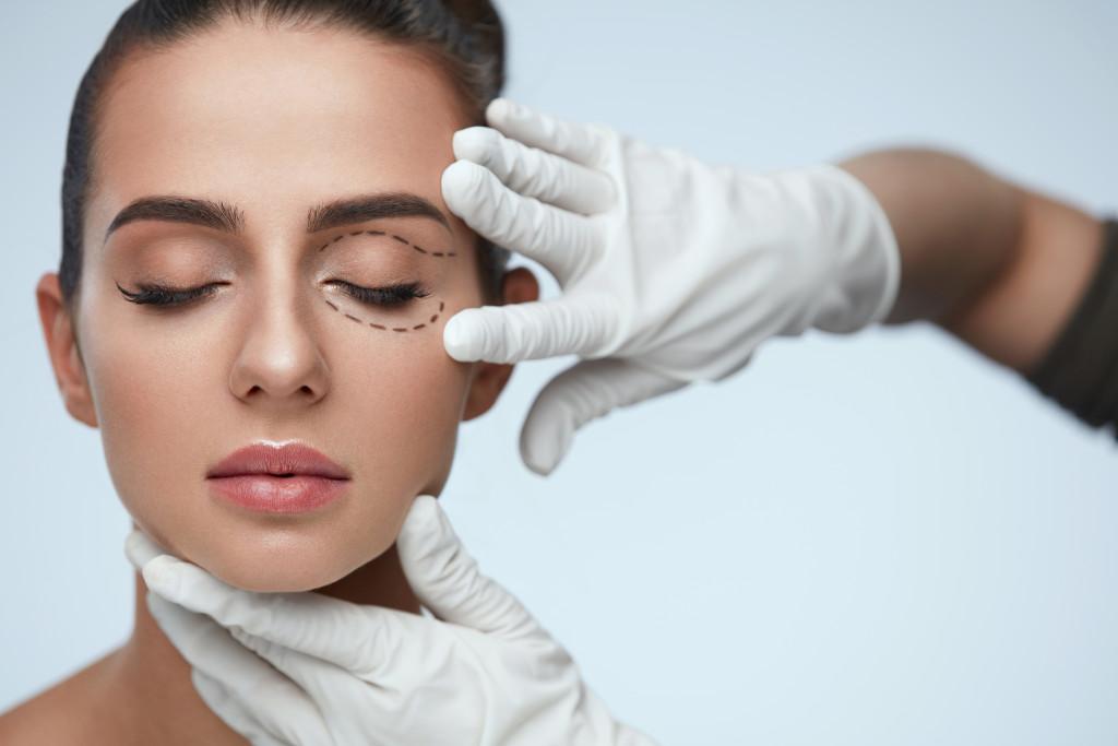 Twarz kobiety, pielęgnacja, okuloplastyka
